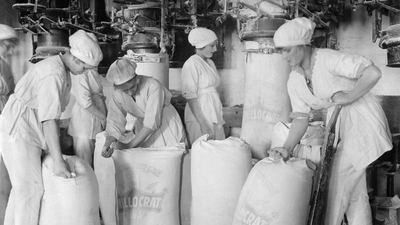 Female workers pack flour in a mill at the works of Rank and Sons, Birkenhead, Cheshire, in September 1918 © IWM (Q 28268)