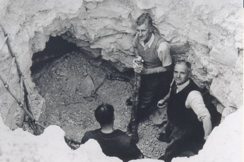 Cissbury: Shaft 27 being excavated in 1953 (John Pull is on the right)